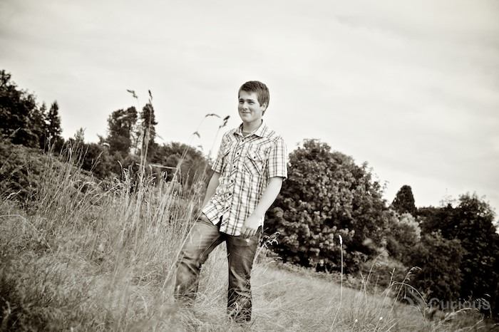 seattle outdoor senior pictures. discovery park field. tilted horizon